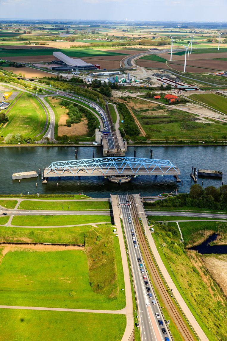 De brug in de N61 sluit zeer regelmatig voor zeeschepen en dit veroorzaakt files. Daarom zal de kanaalbrug vervangen worden door een tunnel, de Sluiskiltunnel (oplevering 2015). Beeld Siebe Swart