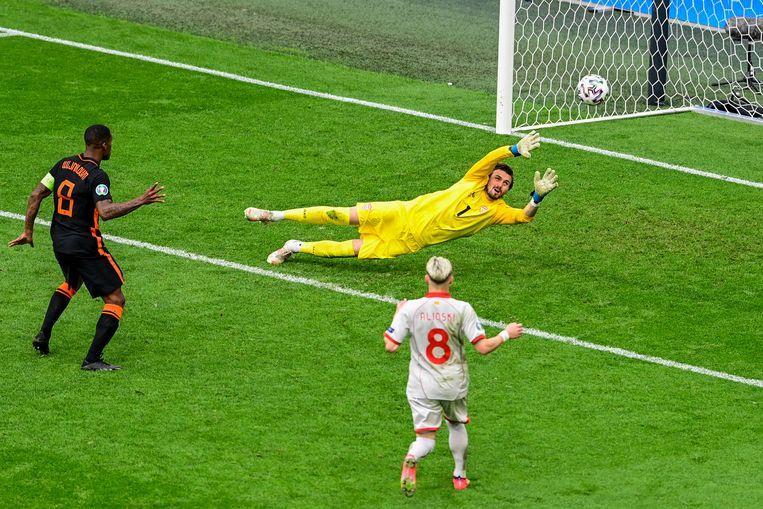 Georginio Wijnaldum scoort het derde doelpunt van Nederland. Beeld AP