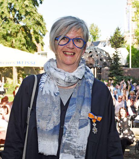 Annemieke de Jong verrast met lintje in De Schelp