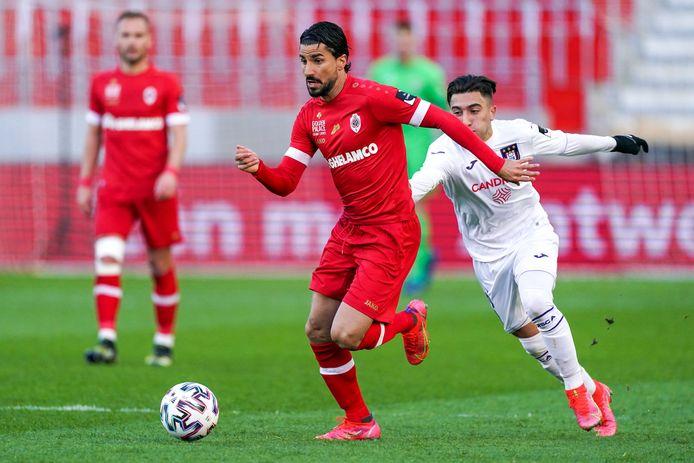 Refaelov in actie tegen El Hadj (Anderlecht).