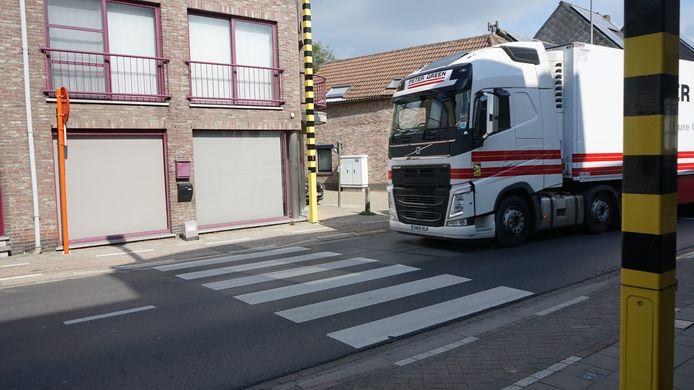 De hele dag door passeren er zware vrachtwagens  die er eigenlijk niet horen te rijden.