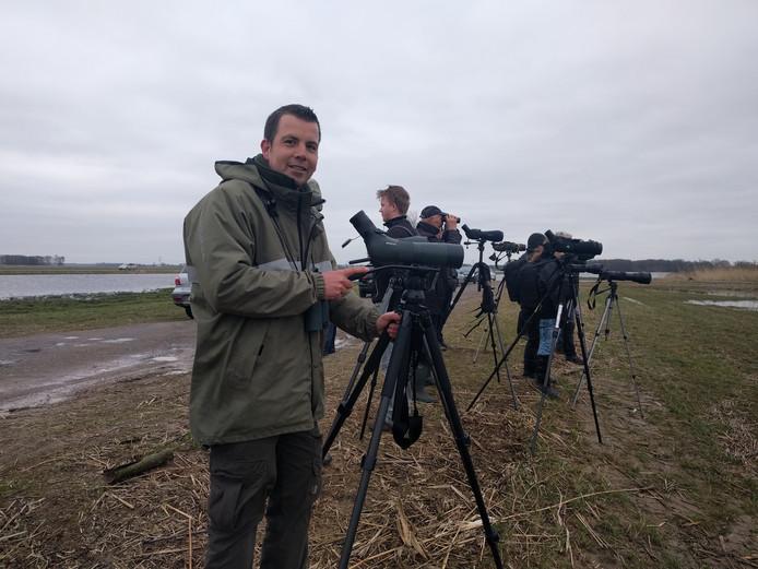 Boswachter Thomas van der Es, met achter zich andere 'vogelaars' die een glimp proberen op te vangen van de zwartkoprietzanger.