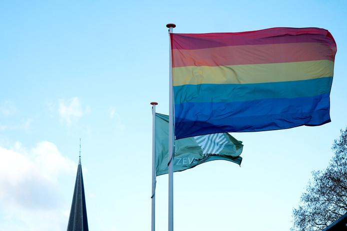 De regenboogvlag op het gemeentehuis van Zevenaar.