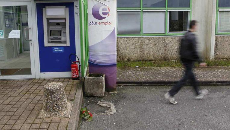Bloemen aan het kantoor waar de man in Nantes zichzelf in brand stak. Beeld REUTERS