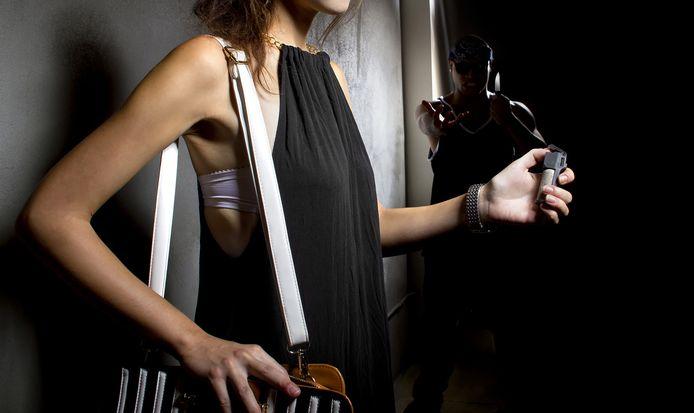 De vrouw diepte een busje pepperspray uit haar handtas op.