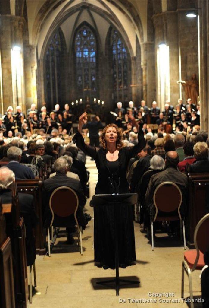 Mariette Effing op de bijzondere plek in de Plechelmusbasiliek van waaraf zij het Stadsjongenskoor dirigeert tijdens de Matthäus.