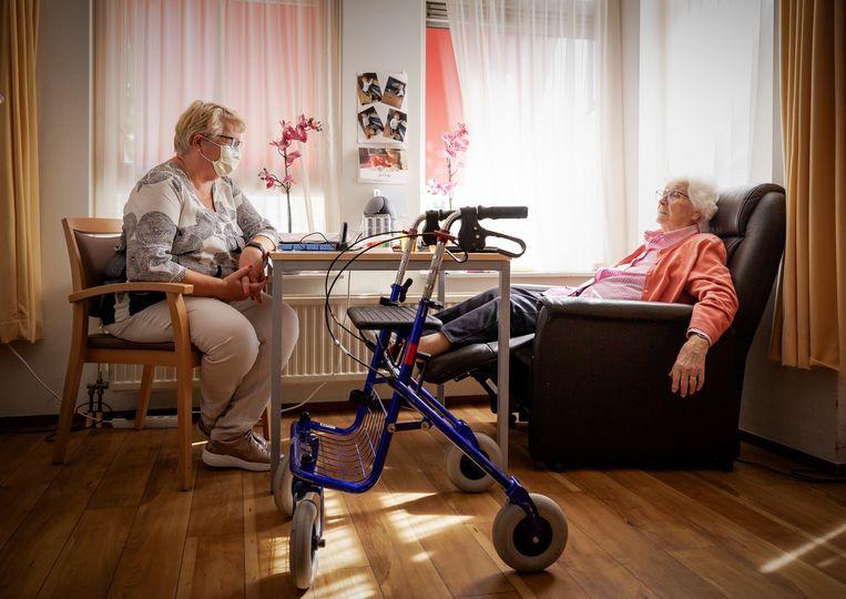 Een bewoonster van verpleeghuis Het Haltna Huis van zorginstelling Zorgspectrum in Houten krijgt bezoek van haar dochter.  Beeld ANP