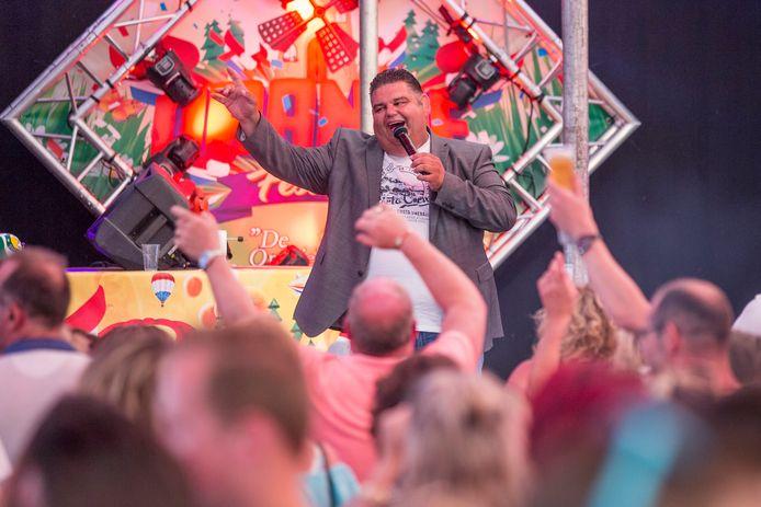 Django Wagner tijdens een optreden in de Zeeuwse plaats  's-Heer Hendrikskinderen.