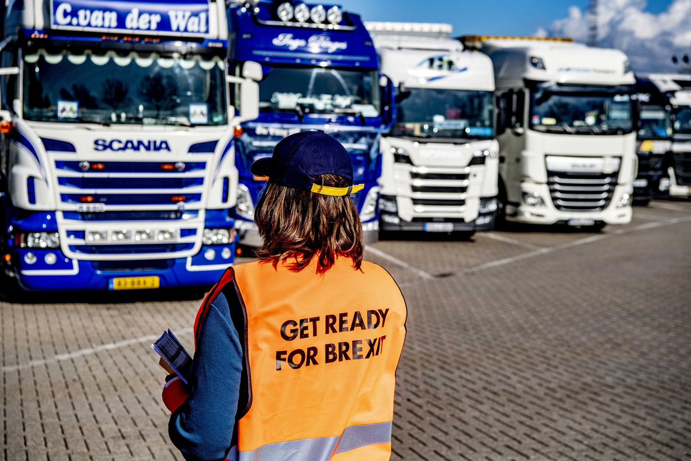 Een medewerker van het Havenbedrijf Rotterdam deelt voorlichtingsfolders uit over de Brexit.
