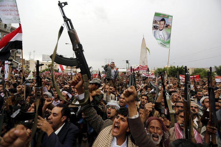 Gewapende supporters van de Houthi's demonstreren in Sanaa tegen de luchtaanvallen van de coalitie onder leiding van Saoedi-Arabië. Beeld REUTERS