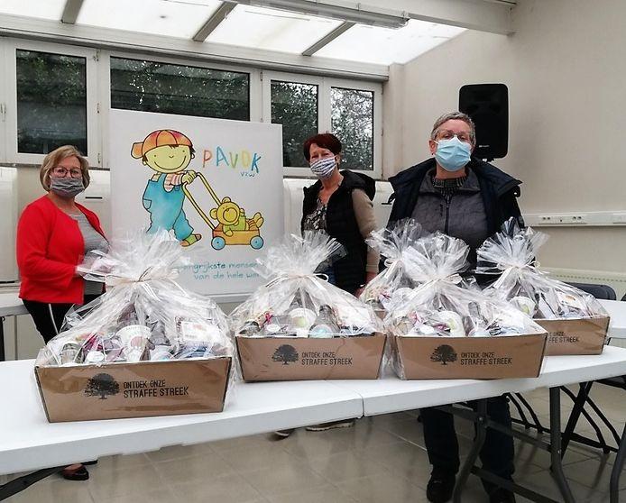 Een gezamenlijk etentje met de vrijwilligers is nu niet mogelijk en daarom kregen de vrijwilligers van PAVOK allemaal een geschenkmand.