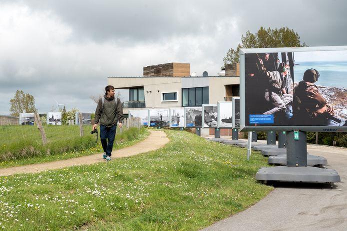 René de Landmeter, projectmedewerker van het Watersnoodmuseum, loopt langs de billboards.