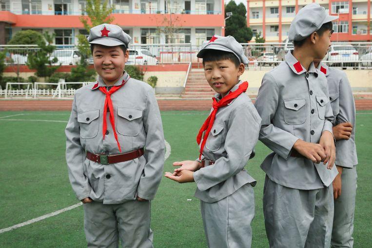 Leerlingen van de zesde klas van de Rode Leger School in Yi'nan (Shandong) in hun ceremoniële uniform. Beeld Elke Scholiers