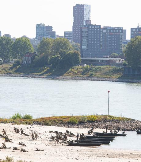 Re-enactors spelen Waalcrossing na in Nijmegen, hoogbejaarde veteranen aanwezig