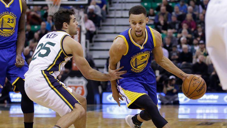 Stephen Curry (rechts) had met 26 punten andermaal het grootste aandeel in de zege van de Warriors. Beeld AP