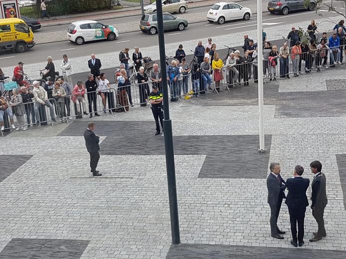 Ontvangstcomité koning gerechstgebouw.