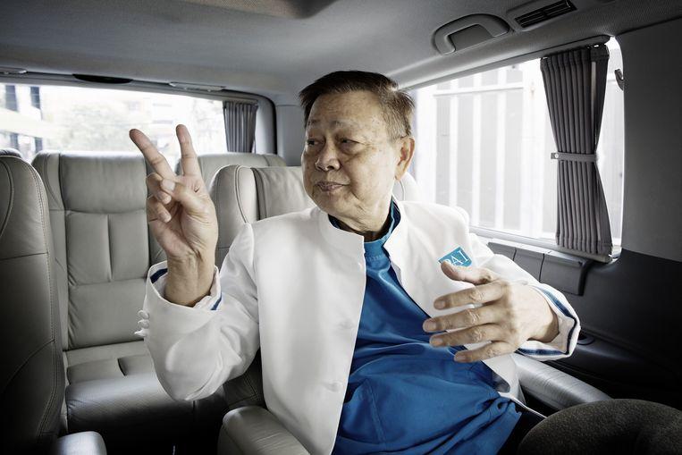 Dr. Preecha op weg naar zijn instituut in Bangkok. Beeld Daniel Rosenthal