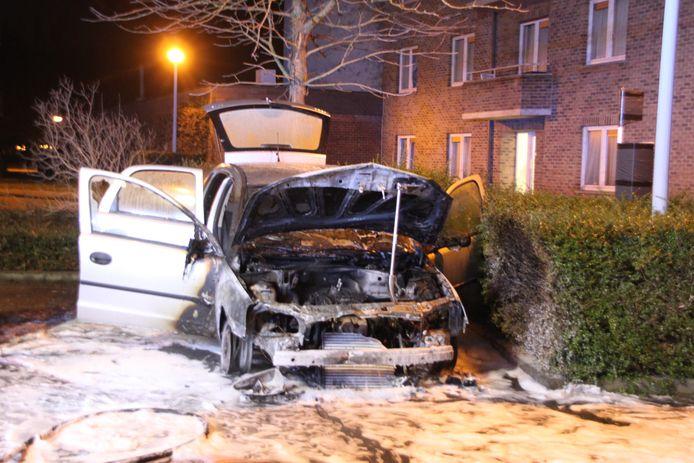 Een Opel Corsa brandde uit aan de Mosselbank in Kortrijk.