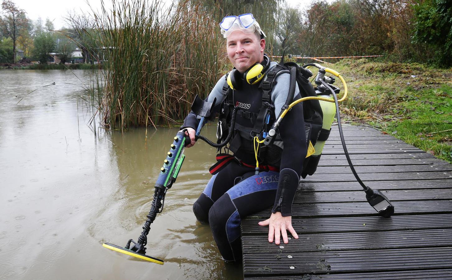 Duiker Martin van Hees uit Spijkenisse, op zoek naar een verloren ring.