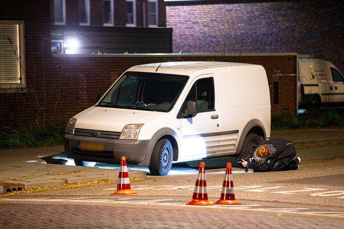 Afgelopen zaterdag werd een witte bestelbus beschoten aan de de Klooienberglaan in Zwolle.