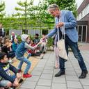 Henrie van het Hof, voorzitter van de Stichting Leergeld, toont leerlingen van De Hasselbraam welke producten at er in de toolkit zitten.