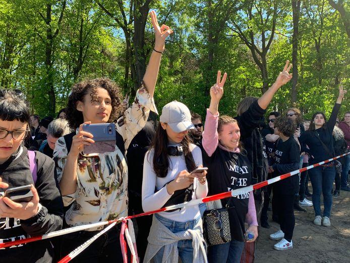 Activisten roepen leuzen bij een varkenshouderij in Boxtel.