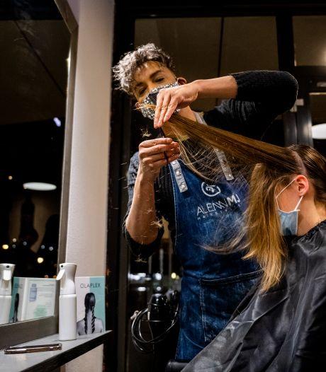 Deze kapper begon om vijf uur 's ochtends met knippen: 'Dit voelt als onze nieuwjaarsreceptie!'
