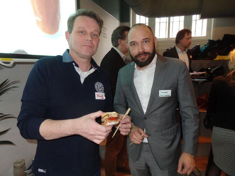 Frank van Bokhorst (Gro) maakt hamburgers van half vlees, half oesterzwam. 'Stuk bewustwording voor vleesvermindering.' Met Sander de Meester (We Canteen). Beeld Schuim