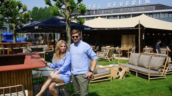 Tim Van der Valk en Pauline Peeters in de zomerbar in de tuin van Hotel Beveren.