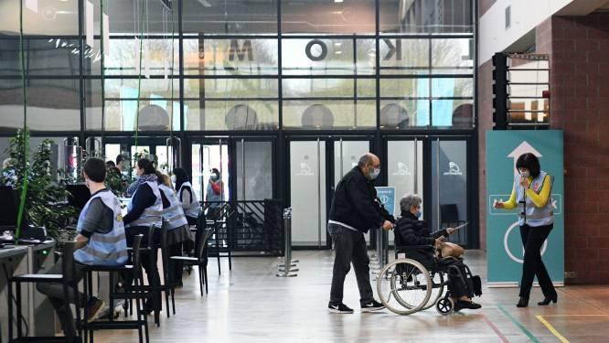 """Vaccinatiecentrum Leuven laat reservelijst QVAX links liggen: """"We willen geen valse hoop geven"""""""
