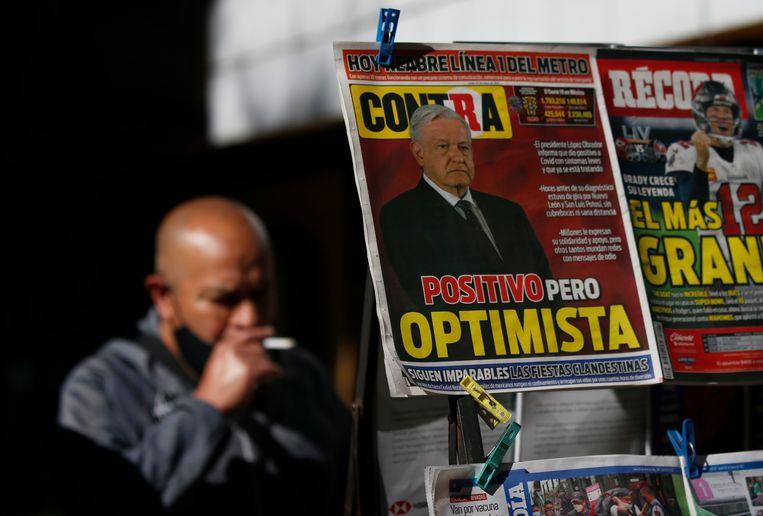 Een Mexicaans dagblad brengt het nieuws van de coronabesmetting van president López Obrador met zijn eigen woorden erbij: 'Positief maar optimistisch'. Beeld AP