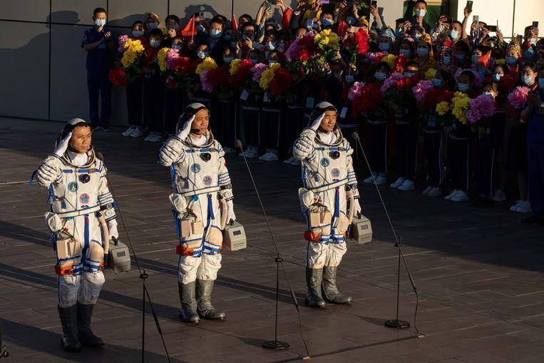 De drie Chinese astronauten voor vertrek. In de toekomst hoopt China ook astronauten uit andere landen te ontvangen op zijn ruimtestation. Beeld EPA