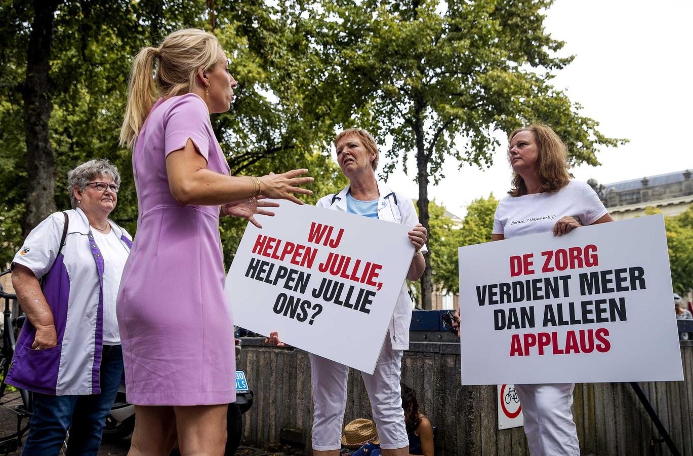 SP-leider Lilian Marijnissen (SP) in gesprek met zorgverleners
