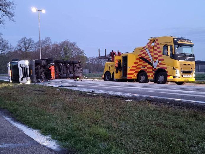 Op de N346 tussen Delden en Goor is een vrachtwagen met melk gekanteld.