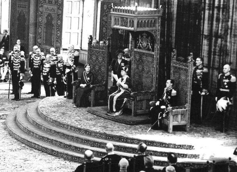 Troonrede gelezen door koningin Wilhelmina. Prins Bernhard en prinses Juliana zitten in de zetels naast haar. Foto uit 1939. Beeld anp