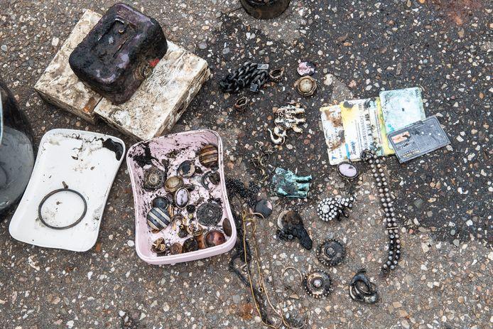 Florian Asbreuk heeft met zijn magneet deze spullen uit het water gehaald.