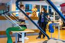 Ook het Maurick College in Vught is momenteel alleen open voor noodopvang. Op de foto vmbo-leerling Isa de Rooij met haar mentor Nora Stieman.