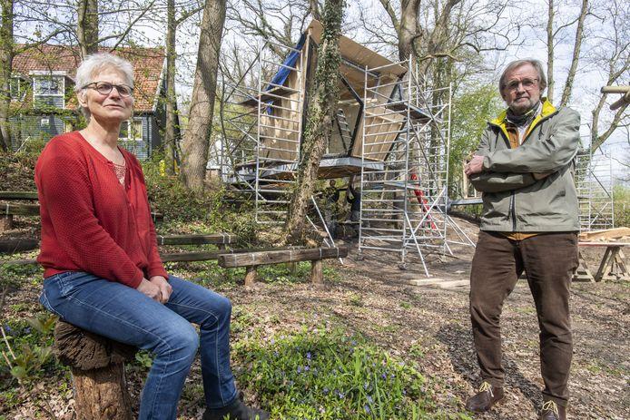 Wien Gerards en Henk Nijhof voor een van de Broamhutten in aanbouw, met op de achtergrond het natuurhuis zelf.