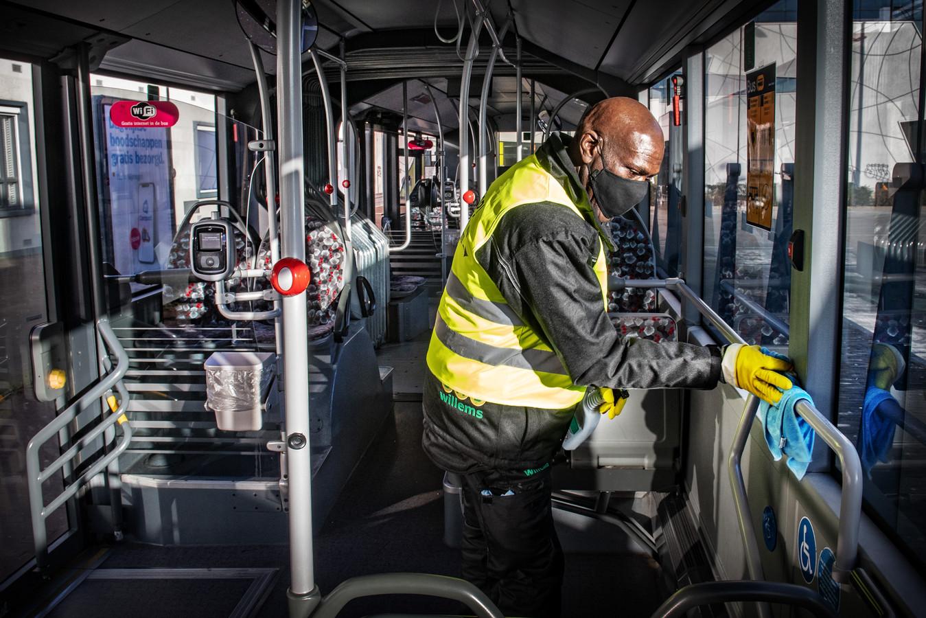Een bus van vervoerder Breng krijgt een poetsbeurt in tijden van corona.