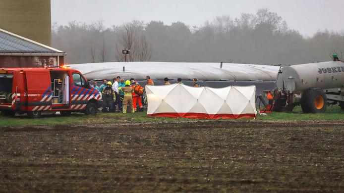 De brandweer is vrijdagmiddag op een boerenbedrijf in het buitengebied van Oostrum op zoek naar twee vermiste personen. Ze zijn mogelijk in een gierput gevallen.