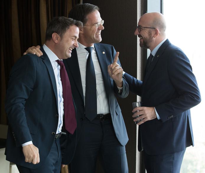 Plaisanter avec Xavier Bettel, premier luxembourgeois, et Mark Rutte, son homologue néerlandais
