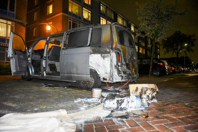 De brandschade bleef beperkt tot de linker achterzijde van de auto, maar door de rook en roet is de schade in het gehele voertuig te zien.
