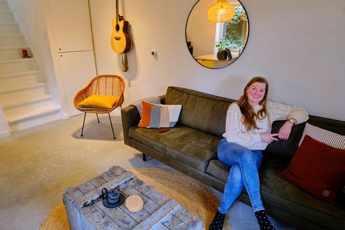 Emmelie de Wit woont met haar man Bram in het achterhuis van haar moeder op 25 vierkante meter.
