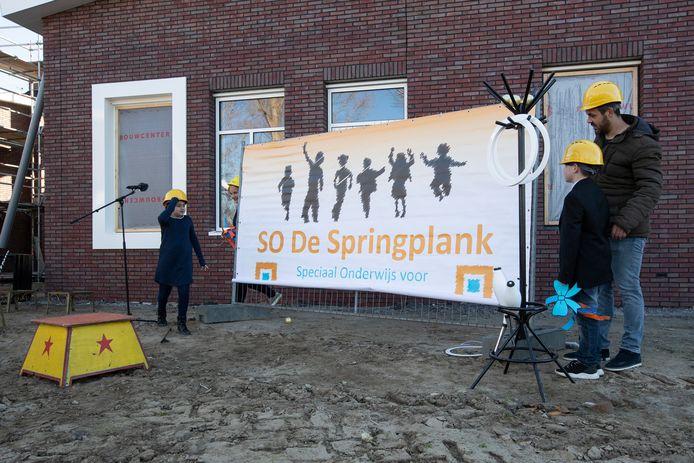 Adjunct-directeur Marijn Derksen onthult met leerlingen de naam van het nieuwe schoolgebouw voor speciaal onderwijs in Zutphen.
