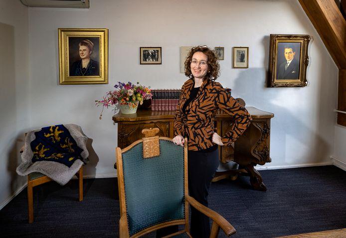 Burgemeester Judith Keijzers van de gemeente Oirschot in de oude burgemeesterskamer van Truus Smulders-Beliën, de eerste vrouwelijke burgemeester van Nederland, zij werd op 16 april 1946 benoemd, vrijdag 75 jaar geleden.