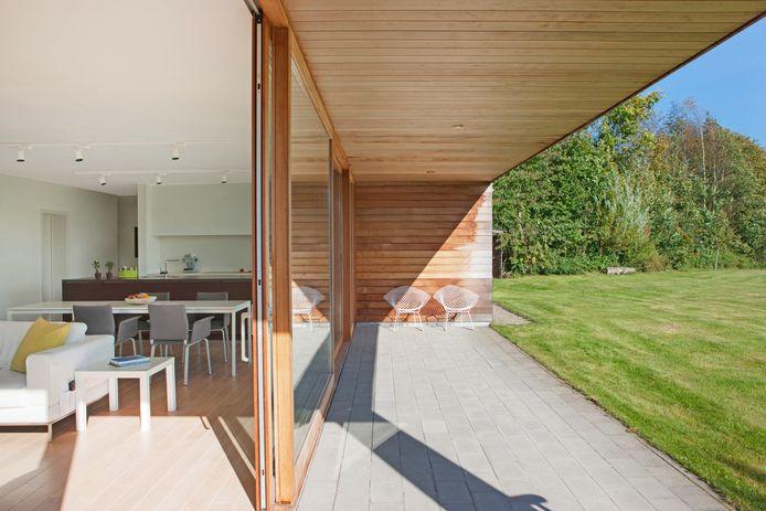 La terrasse couverte est une invitation à profiter du dehors dès que la température extérieure le permet.