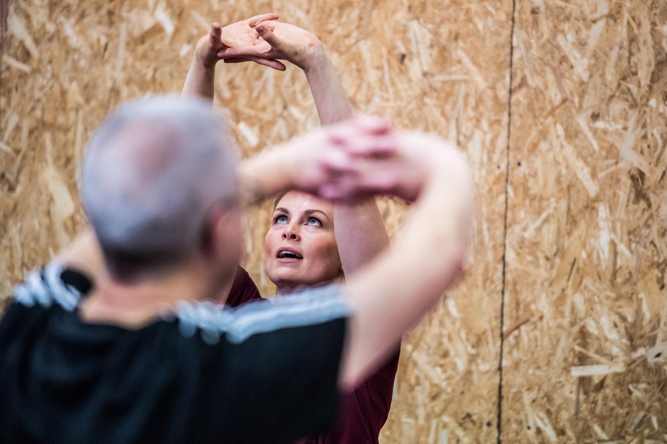 Evelien Nederhoed tijdens de demonstratie yogability.