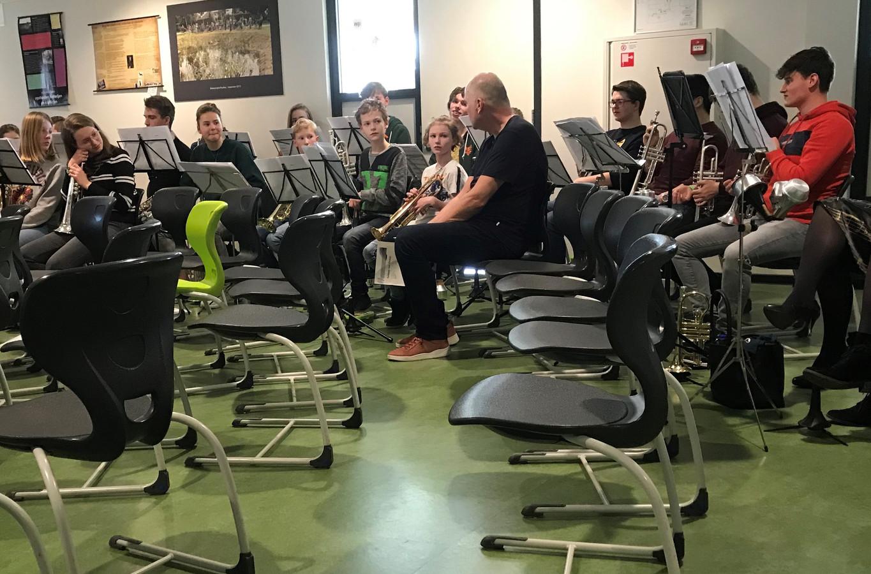 Jeugdmuziekdag Bommelerwaard met dirigent Wim Baijense