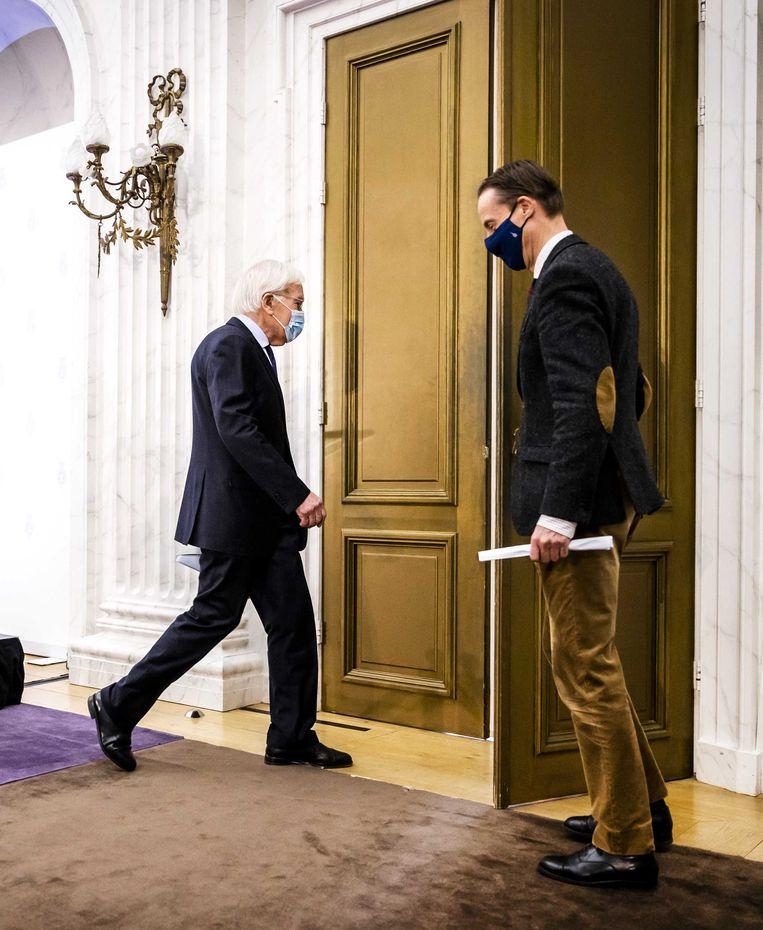Informateur Herman Tjeenk Willink (links) en Stephan Schrover, woordvoerder van de kabinetsformatie.  Beeld ANP