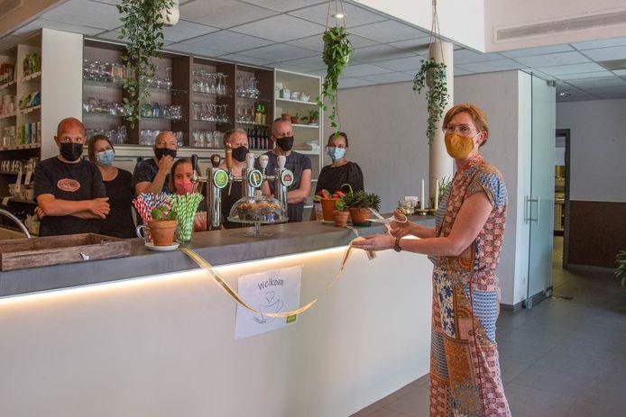 Directrice Ann Bartholomeeusen, samen met enkele bewoners en medewerkers van Het Eepos in de koffiebar.